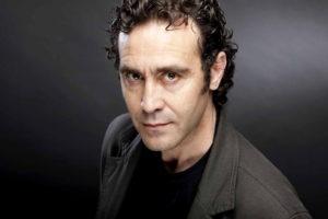 L-actor-Oscar-Intente-ret-homenatge-als-poetes-catalans-amb-l-espectacle-Hem-escollit-al-30-Nits